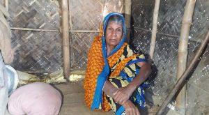 জুটেনি ভাতার কার্ড, ঝুপড়ি ঘরে মানবেতর দিন কাটছে ফুলেছা বানুর