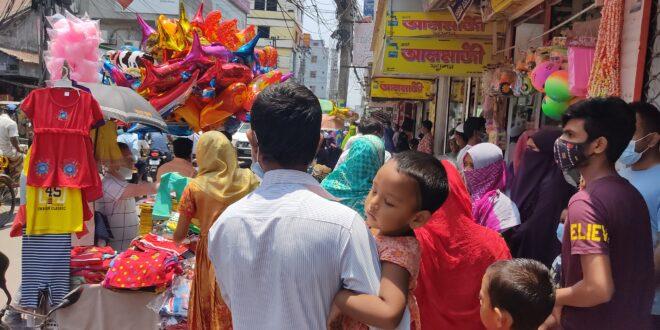 সিরাজগঞ্জে জমে উঠেছে ঈদের কেনাকাটা, মানছে না কেউ স্বাস্থ্যবিধি