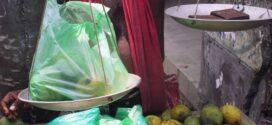 নিষিদ্ধ পলিথিন ও প্লাষ্টিক বস্তায় সয়লাব বরগুনার বাজার