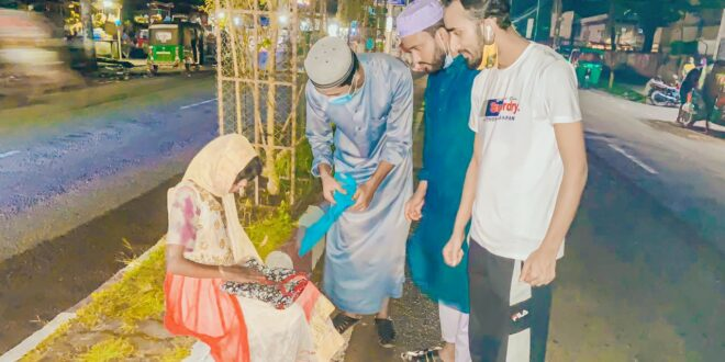 মৌলভীবাজারে রাতে ভবঘুরে, ঠিকানাহীন উন্মাদ ও অসহায়দের মাঝে ঈদ উপহার বিতরণ