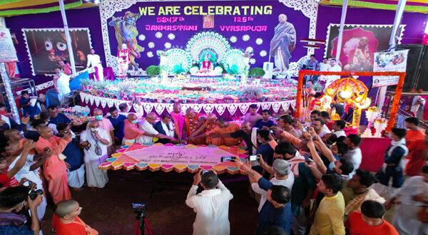 স্বামী প্রভুপাদের ১২৫তম আবির্ভাব উপলক্ষে কেক কাটা হয়েছে