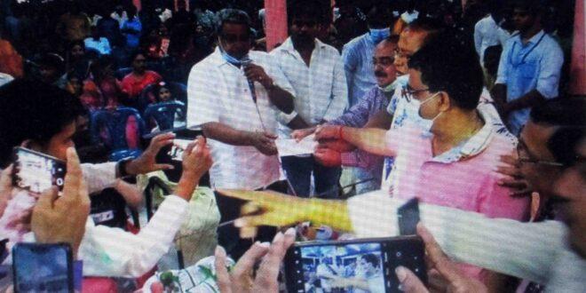 পুজা মন্ডপ পরিদর্শন ও অনুদান প্রদান করলেন বরগুনা জেলা আ'লীগের সাধারন সম্পাদক